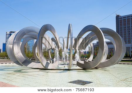 Fountain Horseshoe And Wheel In Astana