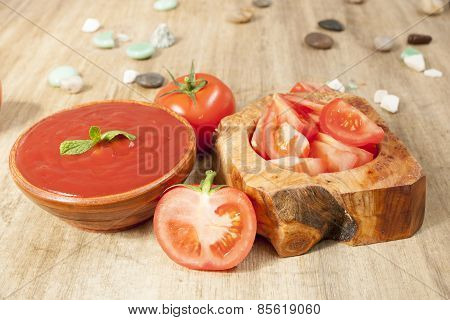 slice of tomatoes on the table