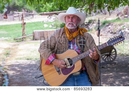 USA, Bartley Ranch Regional Park, Reno, Nevada - 14 MAY 2008. Aged man with a guitar