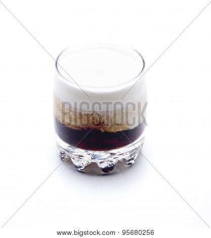 a cocktail made up vodka coffee liqueur and cream