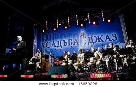 ARKHANGELSKOE - JUNE 7: Oleg Lundstrem Big-Band. 6th International Jazz Festival USADBA.JAZZ , June 7, 2009 in Arkhangelskoe, Russia
