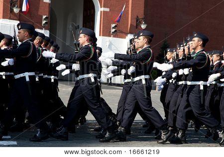 Moscú - 9 de mayo: Las tropas de Francia. Desfile militar en el 65 º aniversario de la victoria en la gran guerra patriótica