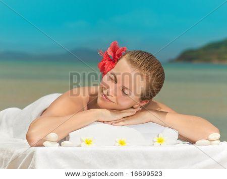 attraktive lächelnde Frau Porträt am Strand in spa