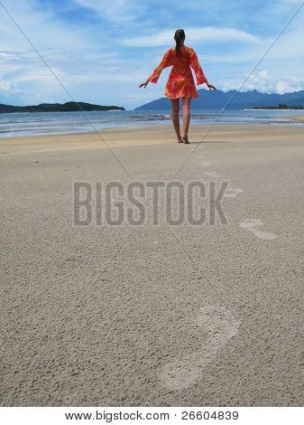 Mujer joven en una isla tropical playa de Langkawi, Malasia