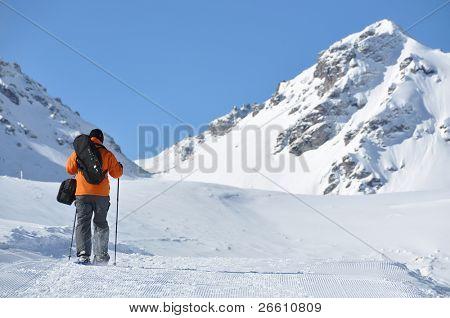 Senderismo con raquetas por el sendero de montaña