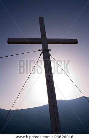 ein Kreuz bei Gegenlicht gegen die himmelblau