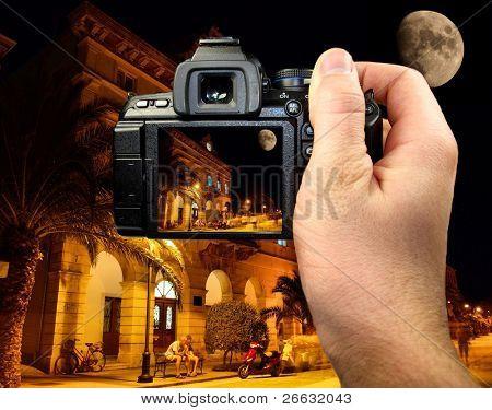 Fotografía de la ciudad mediterránea por la noche