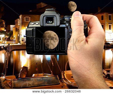 Fotografía de la luna en la ciudad mediterránea de noche