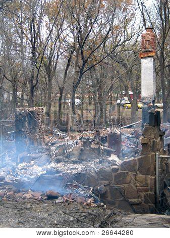 Haus auf den Boden, mit schwelenden Asche verbrannt