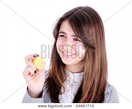 Voel je gezond? Mooi meisje met een zure citroen