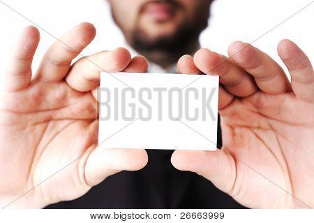 Hombre de negocios que entrega una tarjeta en blanco sobre fondo blanco