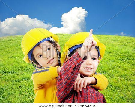 Dos niños juegan en el campo