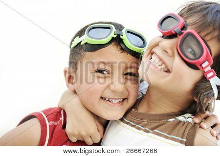 Porträt von zwei kleinen Kindern Freunde machen lustige Gesichter und zusammen zu spielen