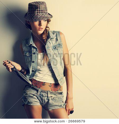 ein Foto von schönen Mädchen ist in Mode-Stil