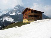 Постер, плакат: Весна в Энгельберге знаменитый швейцарский горнолыжный курорт