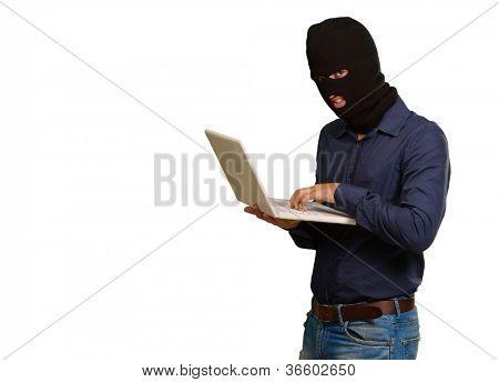 Junge männliche Dieb holding Laptop isoliert auf weißem Hintergrund