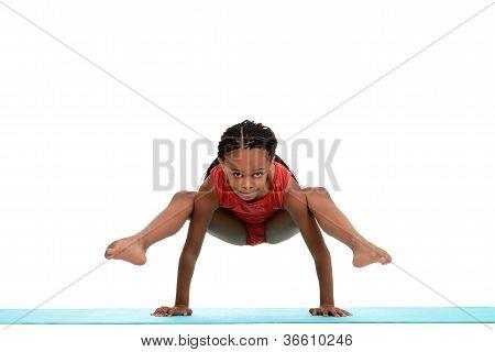 Jovem fazendo o movimento de ginástica