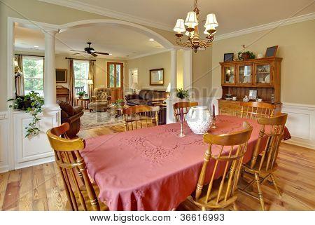con comedor y sala de estar con muebles de madera
