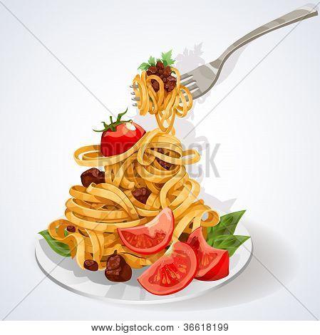 Comida italiana. Macarrão com molho de tomate e carne em um prato e garfo