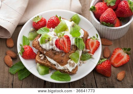 bread with cottage cheese and berries