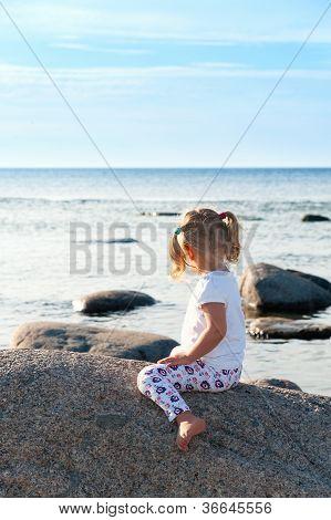 kleines Mädchen mit Meer Blick