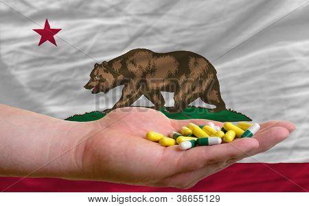 Comprimidos de exploração de mão na frente da Califórnia nos bandeira estadual