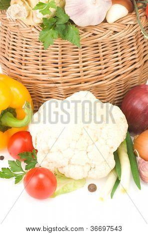 alimentos vegetales maduros y especias aislados sobre fondo blanco