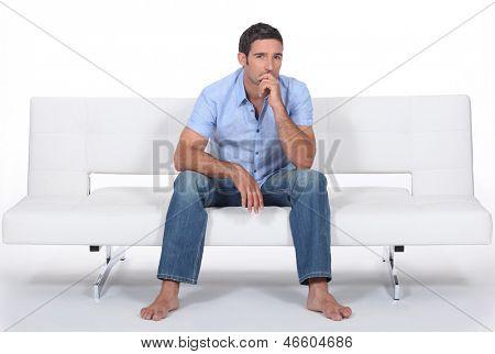 homem com os pés descalços