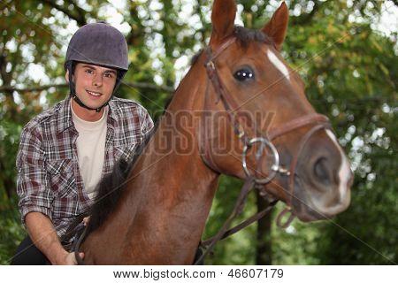 Teen montando un caballo