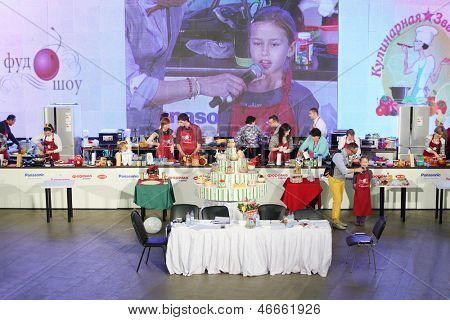 MOSCOW - DEC 1: Competition in cooking and big cake at sixth gastronomic festival Foodshow Christmas at Gostiny Dvor, on Dec 1, 2012 in Moscow, Russia.