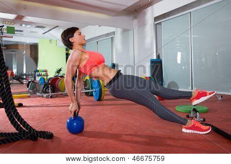 CrossFit fitness mulher flexões com flexão traseira Kettlebell exercícios
