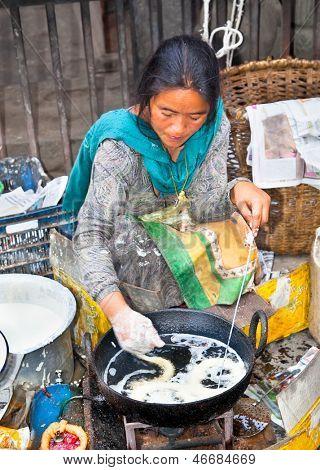 Katmandú, NEPAL - 19 de mayo: Proveedor no identificado vendida comida tradicional en Katmandú calle 19 de mayo,