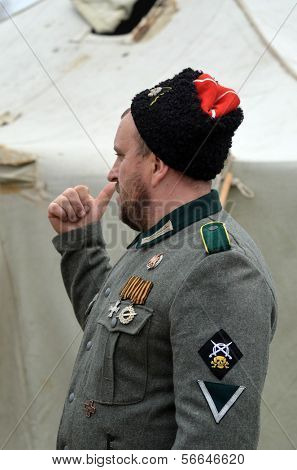 KIEV, Ucrania -NOV 1: club de miembros de la Red Star historia lleva cosaco uniforme histórico de von Corps