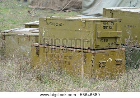 Kiew, UKRAINE -NOV 1: das sowjetische Munition Kästen in der Roten Armee-Reenactors Lager während während der historischen