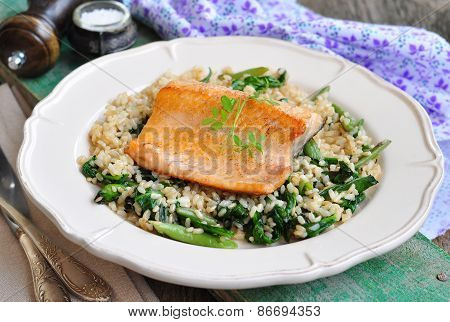 Fried salmon with brown rice, spinach and leguminous kidney bean