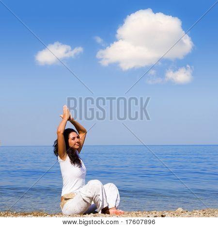 Junge Frau Meditation am Strand
