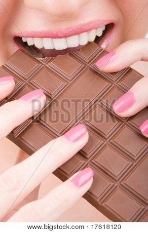 divertidas mulher comer chocolate