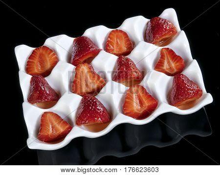 Troceado de fresas montadas en cuenco  con cavidades