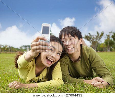 Foto de pareja asiática toma por teléfono móvil inteligente