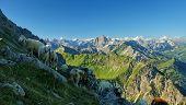 Eine Schafherde Grast An Einem Berghang Im Hochgebirge. Im Hintergrund Ist Ein Atemberaubendes Und T poster