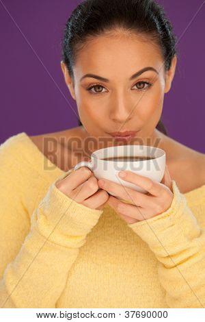 Frau, die ihren Kaffee abkühlen