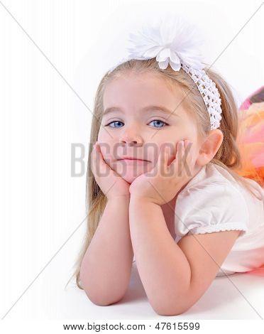 Niedliche kleine Mädchen, die denken auf weißem hintergrund isoliert