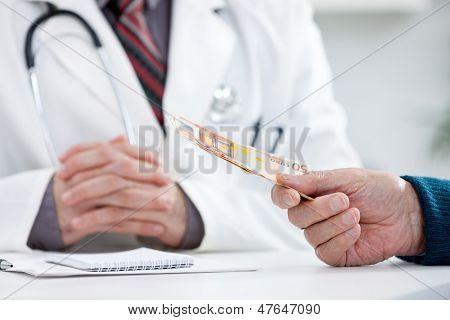 patient bribing doctor, giving money