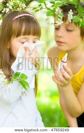 Garota está soprando o nariz ao ar livre
