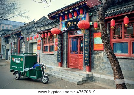 BEIJING, CHINA - 4 de Abr: Old street view with tiendas en 04 de abril de 2013 en Beijing, China. Beijing es t