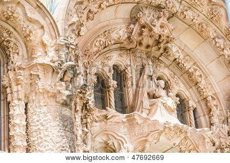 BARCELONA - 07 de junio: Exterior del Templo expiatorio del Sagrat Cor de 07 de junio de 2013 en Barcelona, España