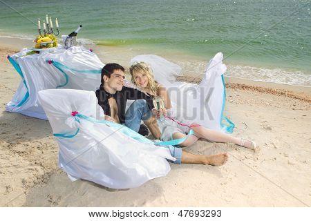 Glamour-Paares, die Ruhe am Strand