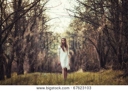beautidul brunette woman walking outdoors