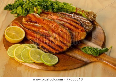 Salmon fillet with lime cooked on a grill