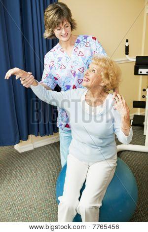 Physiotherapeut hilft Senior Woman